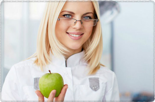 Стоматолог и яблоко