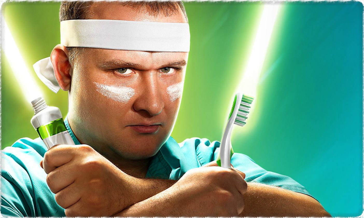 Мужчина и зубная паста