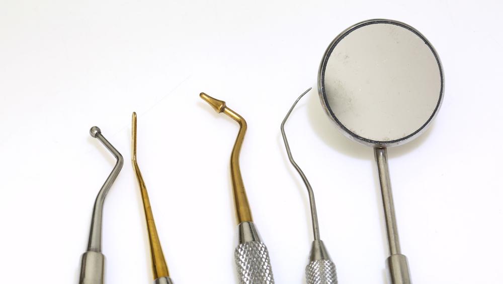 Как выполняется чистка зубов в стоматологии?
