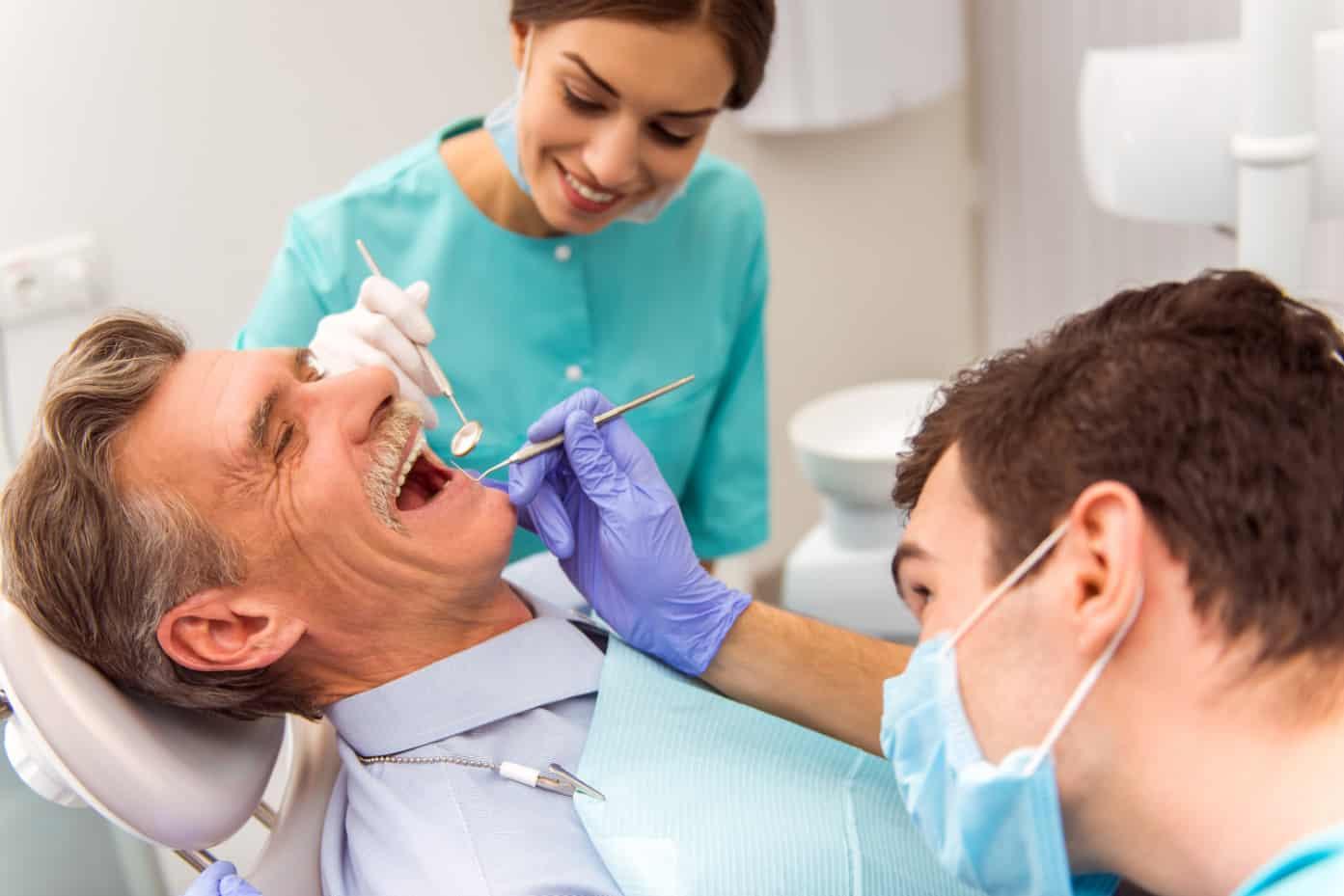 Установка зубных имплантов в преклонном возрасте фото